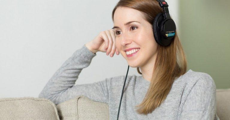 girl with headphone (1)